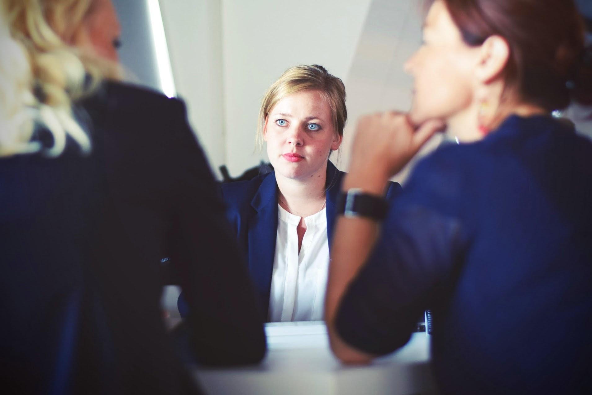 Décret précisant la procédure de recrutement d'agents contractuels dans la fonction publique.